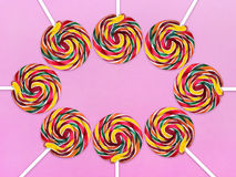 Ronde lollys op een gekleurde Hoogste mening als achtergrond Royalty-vrije Stock Foto's