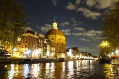 Ronde Lutherse Kerk nahe bei Singel-Kanal in Amsterdam nachts lizenzfreies stockbild