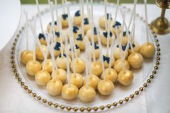 Ronde mooie lolly op de lijst van de suikergoedbar Royalty-vrije Stock Afbeeldingen