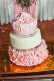 Ronde multi tiered huwelijkscake met spons Stock Foto