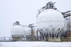Ronde olietanks onder sneeuwdekking Stock Afbeelding