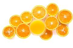 Ronde oranje plakken op een witte achtergrond Achtergrond van het citrusvruchten de tropische fruit Helder voedsel Dieetvitaminev stock foto