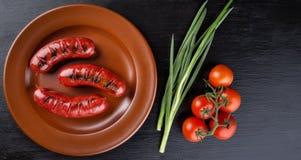 Ronde plaat met geroosterde apetit worsten Stock Foto's