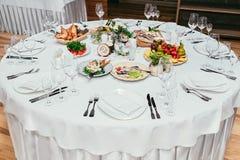 Ronde restaurantlijst gediende luxe voor feestelijk diner royalty-vrije stock afbeelding