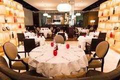 Ronde Restaurantlijst met Rode, Witte en Bruine Decoratie stock afbeeldingen