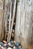 Ronde rotsen en oud hout Stock Foto