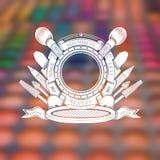 Ronde spiegel in rond lint en ander type van materiaal en schoonheidsmiddelen erachter Silhouetetiket in het centrum van vage fot Royalty-vrije Stock Afbeelding