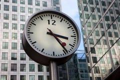 Ronde stedelijke klok op een pool in Canary Wharf, Londen Stock Afbeelding