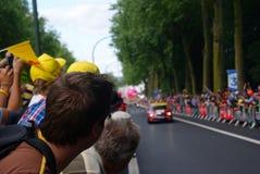 Ronde van Frankrijk in Tournai, kerel die op de ruiters wachten Stock Afbeeldingen
