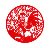 Ronde vorm rode vlakke papier-besnoeiing op wit als symbool van Chinees Nieuwjaar van de Haan Stock Afbeelding