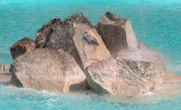 Ronde witte stenen die zich dichtbij de pool, als abstract geklets bevinden Stock Afbeeldingen