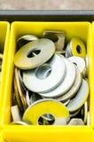 Rondella del metallo in scatola gialla immagine stock