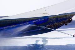 Rondella di pressione di acqua di pulizia del guscio della barca Immagini Stock Libere da Diritti