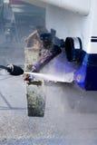 Rondelle de pression d'eau de nettoyage de coque de bateau Image stock