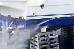 Rondelle de pression d'eau de nettoyage de coque de bateau photographie stock libre de droits