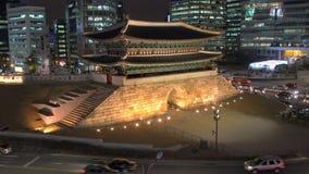 RondellNamdaemun stor södra port som omges av moderna kontorsbyggnader, Seoul, Sydkorea lager videofilmer