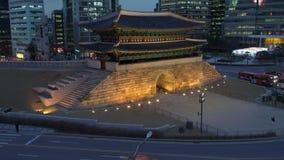 RondellNamdaemun stor södra port som omges av moderna kontorsbyggnader, Seoul, Sydkorea stock video