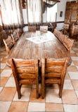 Rondetafel in eetkamer met houten stoelen Stock Foto