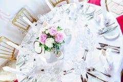 Rondetafel met Bloemen wordt verfraaid die Royalty-vrije Stock Afbeeldingen