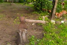 Rondin de hache, fond rustique, vieil outil de hachage en bois Images stock