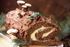 Rondin de Noël de chocolat de Noël avec le décor du chocolat coloré sur une table en bois photos stock
