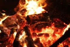 Rondin de plan rapproché de la chaleur du feu photos stock