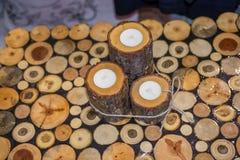 Rondin en bois coupé dans les morceaux minces ronds Image libre de droits