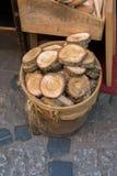 Rondin en bois coupé dans les morceaux minces ronds Images stock