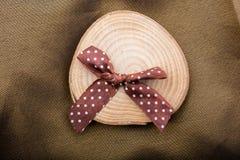 Rondin en bois coupé dans les morceaux minces ronds Photo libre de droits