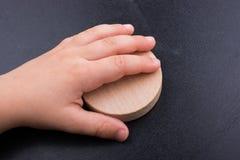 Rondin en bois coupé dans les morceaux minces ronds Photos stock