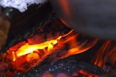 Rondins brûlants à l'endroit du feu Photos libres de droits