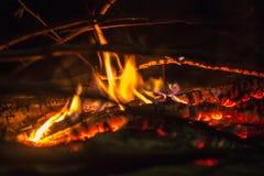 Rondins brûlants à l'endroit du feu Photo libre de droits