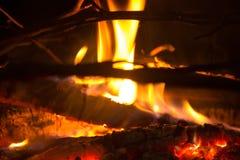 Rondins brûlants à l'endroit du feu Photographie stock libre de droits