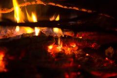 Rondins brûlants à l'endroit du feu Photographie stock