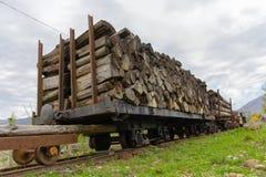 Rondins de bois de construction scié sur une voiture d'une ligne à voie étroite photo libre de droits