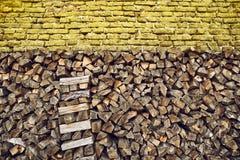 Rondins de bois de chauffage empilés Photo stock