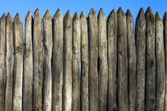 Rondins de palissade de palissade de palissade et ciel bleu Images libres de droits