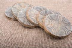 Rondins en bois coupés dans les morceaux minces ronds Photographie stock libre de droits