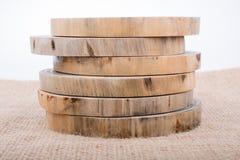 Rondins en bois coupés dans les morceaux minces ronds Image libre de droits