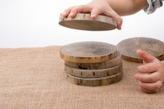 Rondins en bois coupés dans les morceaux minces ronds Photographie stock