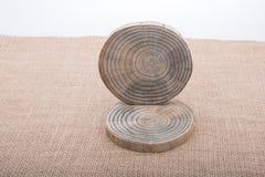 Rondins en bois coupés dans les morceaux minces ronds Photo libre de droits