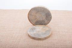 Rondins en bois coupés dans les morceaux minces ronds Image stock