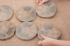 Rondins en bois coupés dans les morceaux minces ronds Photos stock