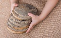 Rondins en bois coupés dans les morceaux minces ronds Photo stock