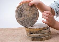 Rondins en bois coupés dans les morceaux minces ronds Images stock