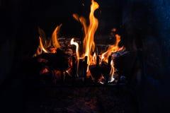 Rondins et charbon sur le feu Image libre de droits