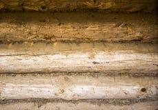 Rondins, mousse, un mur de vieux rondins Photos stock