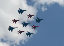 Rondoni acrobatici del gruppo e cavalieri russi sul su-27 e sul MiG-29 Immagine Stock