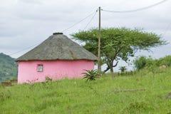 Rondoval (casa redonda), Zulu Village, Zululandia, Suráfrica fotografía de archivo libre de regalías