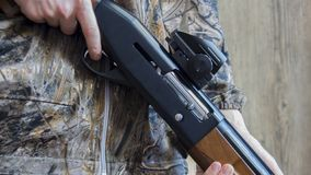 ronds 12-gauge et un fusil de chasse de camo photo libre de droits